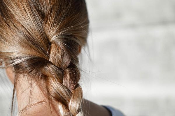 прически с плитки за дълга коса