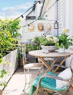 прелестен балкон с цветя