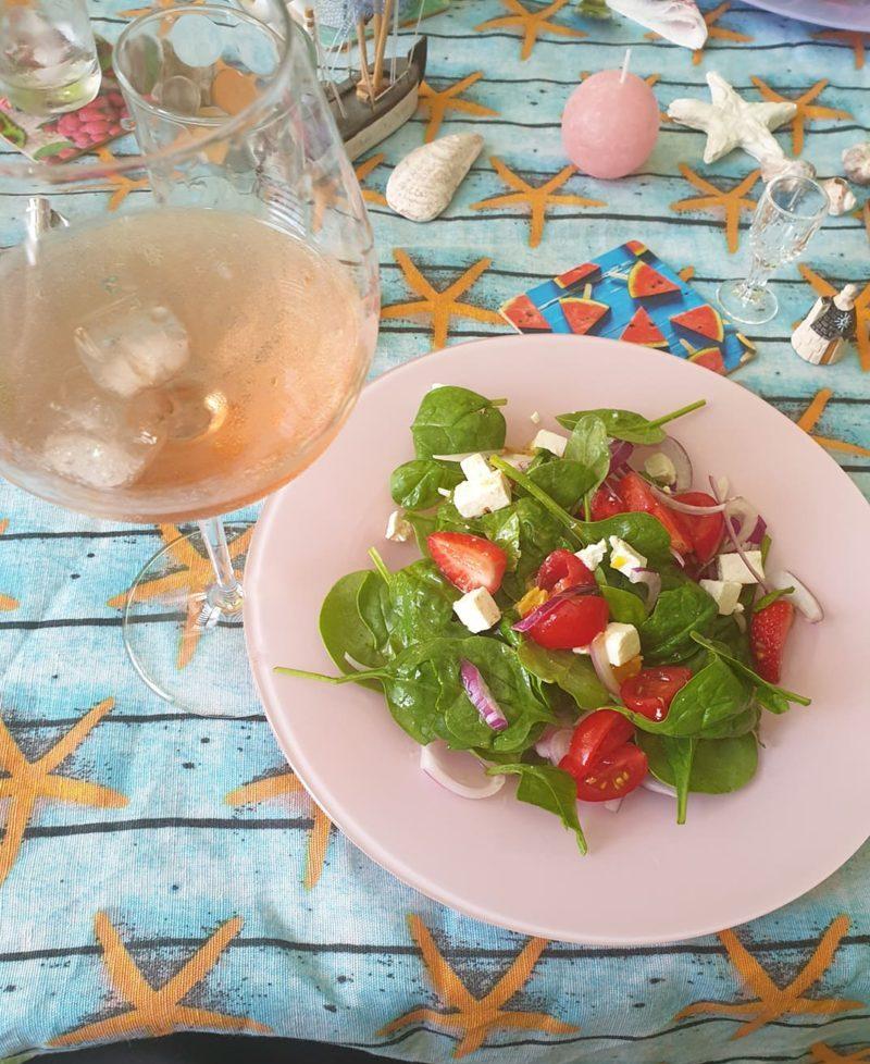 салата със спанак и плодово вино