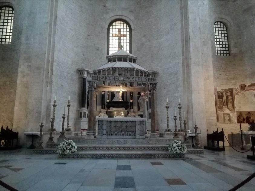 """олтарът в базиликата """"Свети Никола"""""""