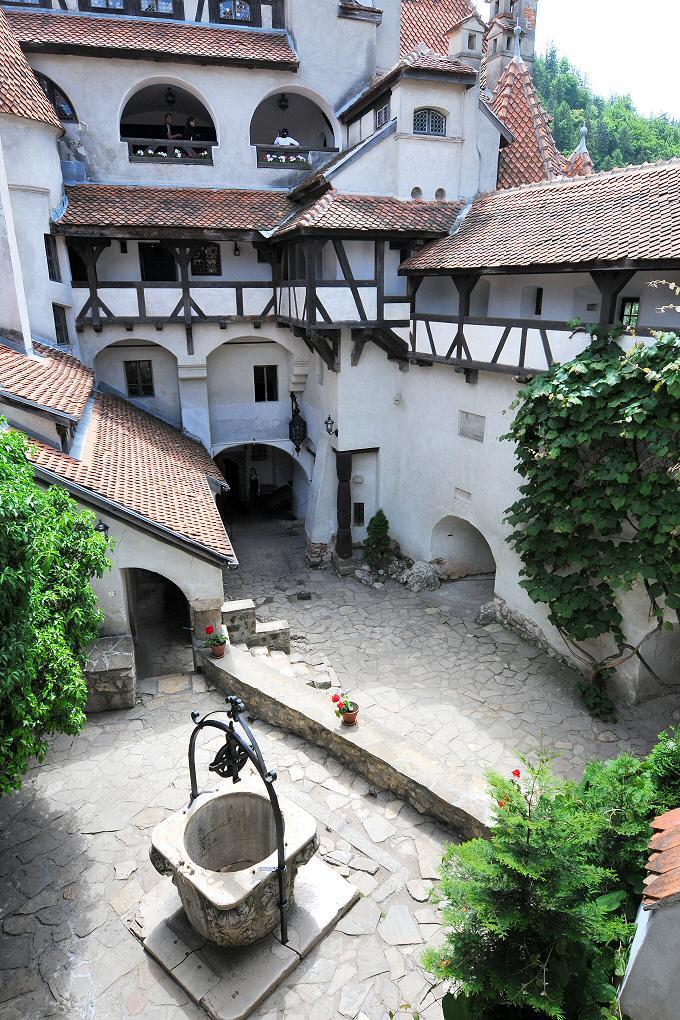 двор на замъка отвътре