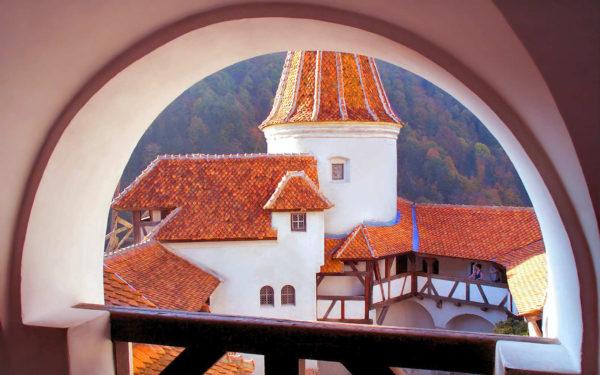гледка на замъка Бран през терасата