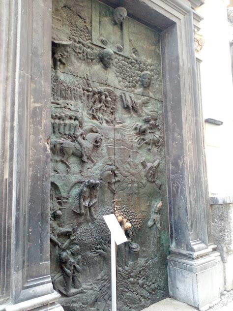 бронзова врата църква