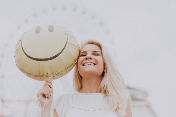 усмихната жена с балон