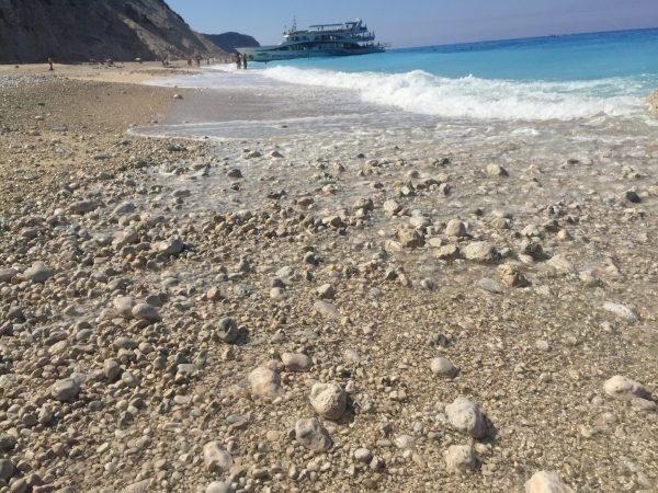 каменистият плаж Егремни остров Лефкада